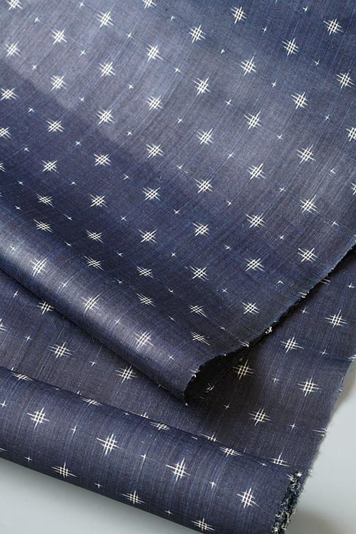 新里玲子 制作:宮古上布 藍染め絣織